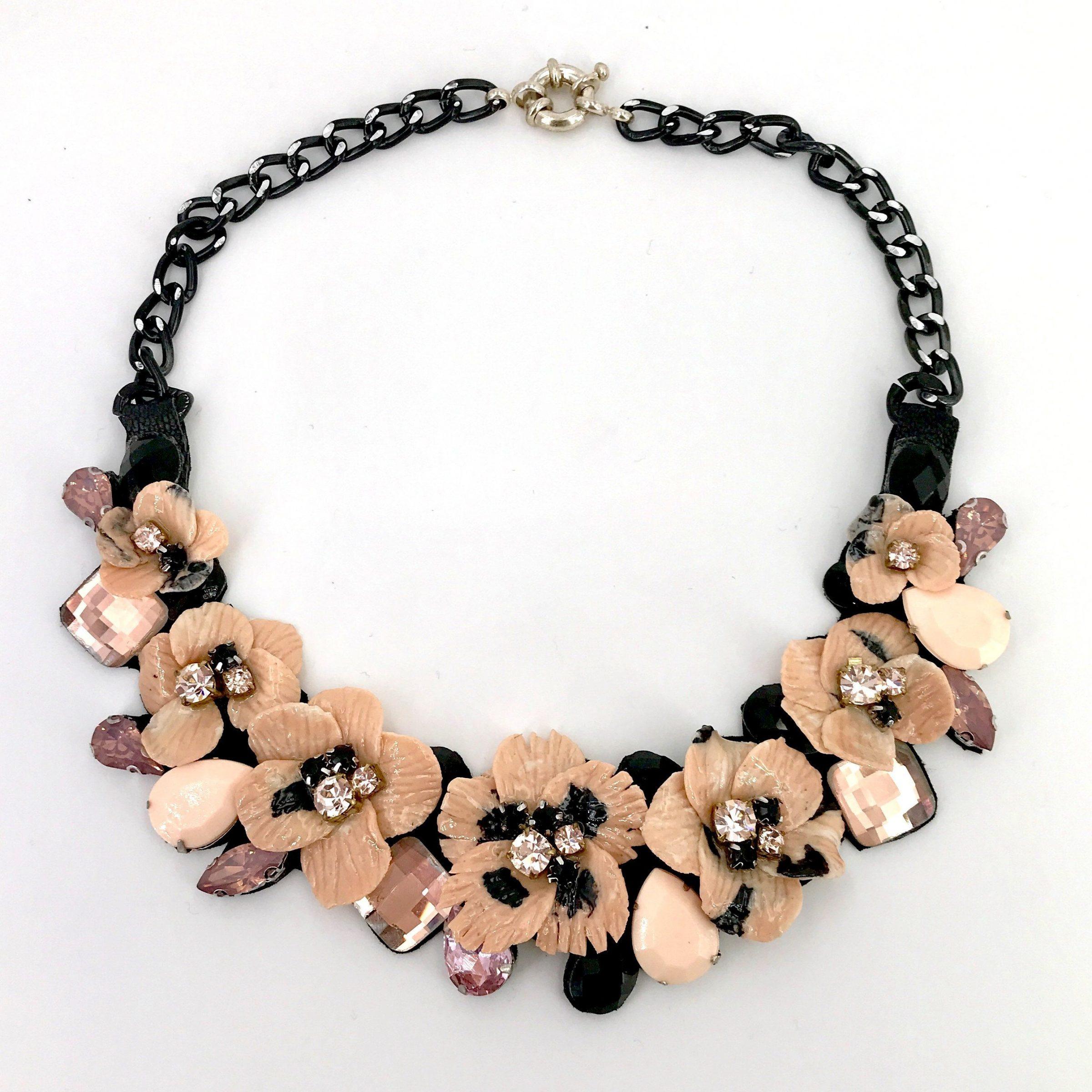 vasta selezione di b7d57 a6dd6 Collana con fiori cipria e pietre cipria e nere - OUT01